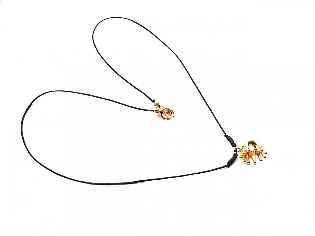 Auksinė karalienė. Sidabrinė auksu dengta karūnėlė ant tvirto juodo poliesterio siūlo, sidabrinis ausku dengtas užsegimas