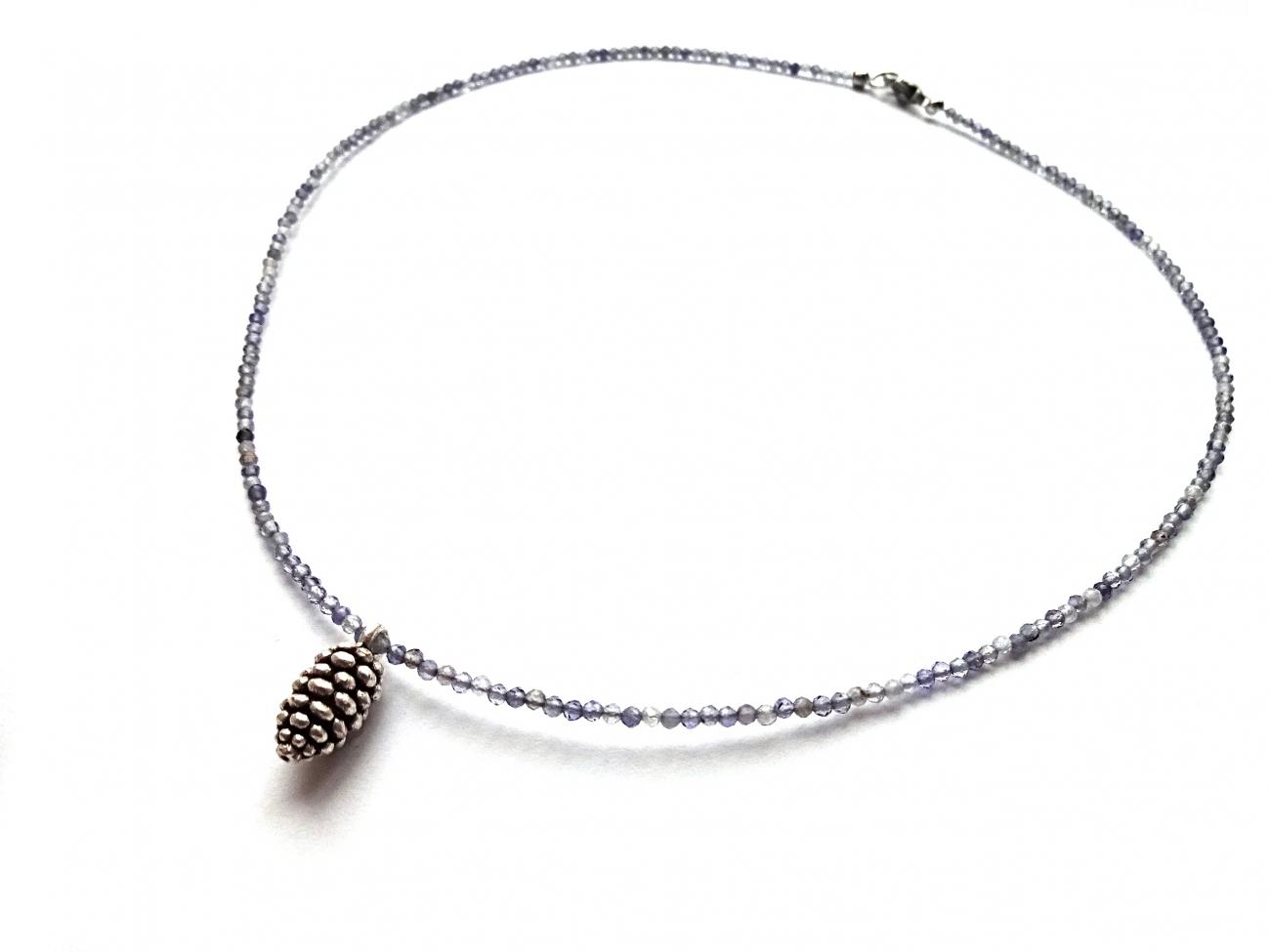 Smulkaus briaunuoto iolito vėrinukas su sidabru dengtu žalvario konkorėžiu