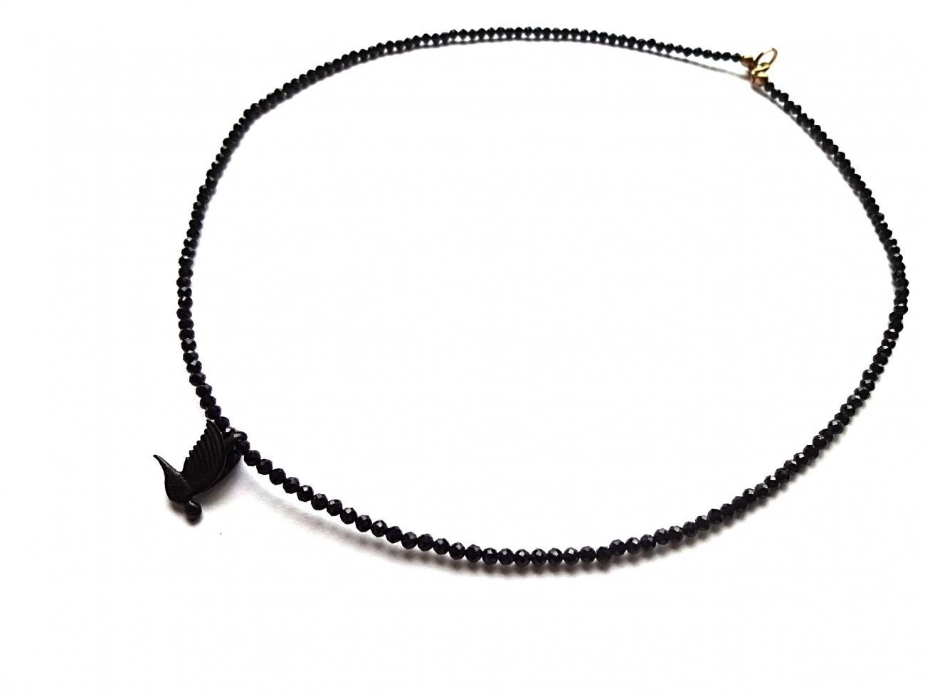 Špinelio vėrinys su juodu oksiduoto žalvario paukšteliu