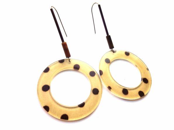 Taškuoti apvalūs acetato auskarai su tigro akies akmeniu ir vario vamzdeliais