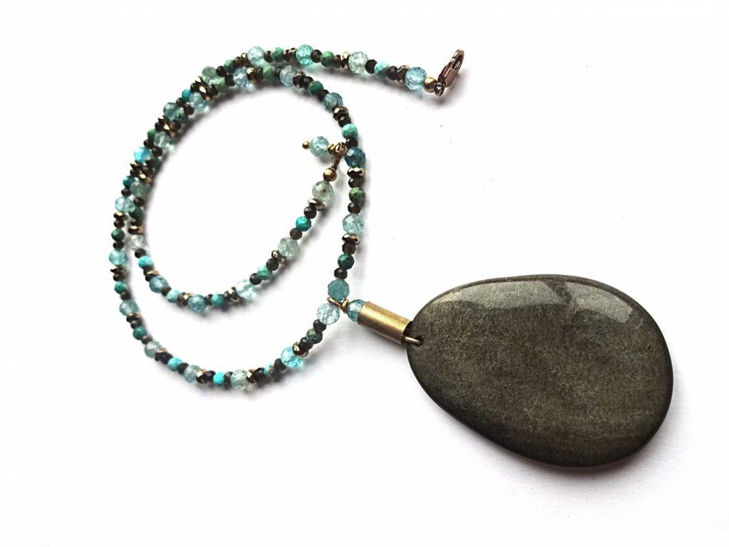 Subtiliai pranabgus auksinio obsidiano, trukio ir apatito verinys