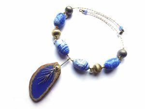 Agatų ir gėlavandenių perlų vėrinys su natūralaus ir sidabruoto žalvario detalėmis