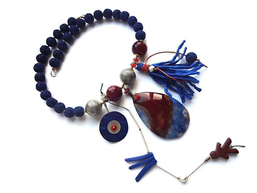 Mėlynos lavos vėrinys su agato pakabuku, akrneoliu, sidabruotais burbulais ir šilko kutu