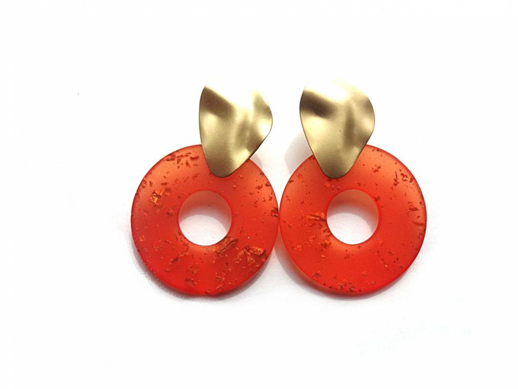 Auskarai spurgos. Oranžiniai epoksidinės dervos su aukso folija auskarai su auksuoto plieno užsegimais