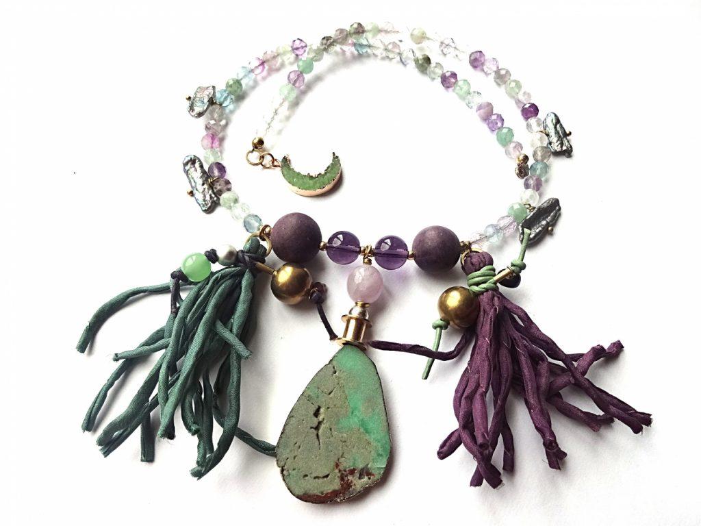 Briaunuoto fluorito vėrinys su ametistu, gėlavandeniais perlais, natūralaus šilko kutais ir chrizoprazo pakabučiu