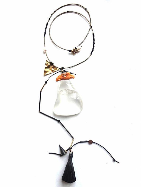 Ekstravagantiškas hematito, špinelio vėrinys su išskirtiniu kalnų krištolo pakabuku, puoštu Baltijos gintaru