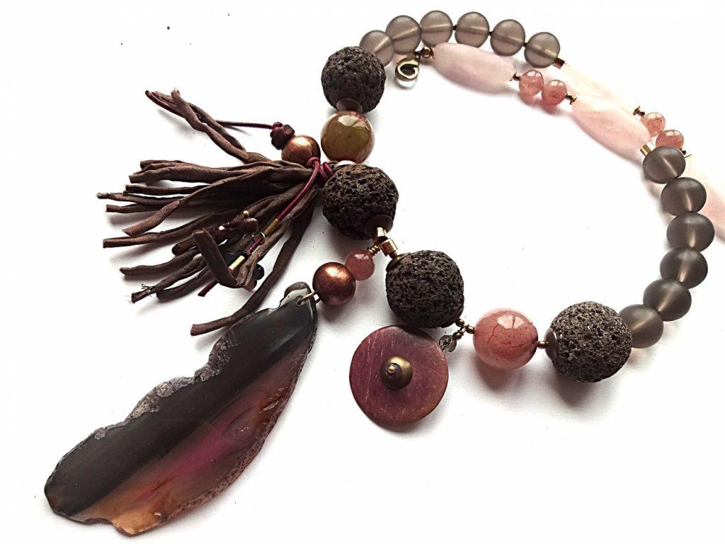 Lavos, rožinio ir žemuoginio kvarco vėrinys su agato pakabuku ir natūralaus šilko kut