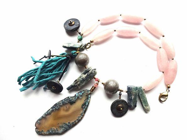 Rožinio kvarco ir kianito vėrinys su agato pakabučiu ir natūralaus šilko kutu
