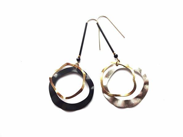 Diena ir naktis. Sidabruoto ir oksiduoto žalvario netaisyklingo žiedo formos auskarai