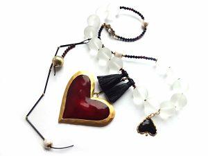 Queen of Hearts. Matinio kalnų krištolo, granato, špinelio vėrinys su emaliu dengta širdimi ir natūralaus bei oksiduoto žalvario detalėm