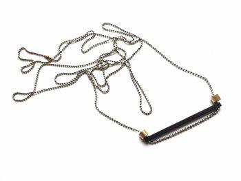 Pakabutis su horiontaliu oksiduoto žalvario pagaliuku ant žalvarinės rodžiu dengtos grandinėlės