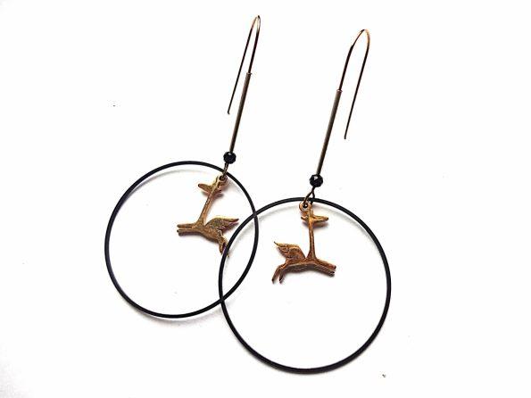 Auskarai lankai su plieniniais auksuotais pegasiukais, sidabruotu ir oksiduotu žalvariu ir špineliu