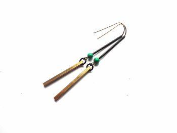 Minimalistiniai žalvariniai auskarai pagaliukai su žaliu houlito akmenukais