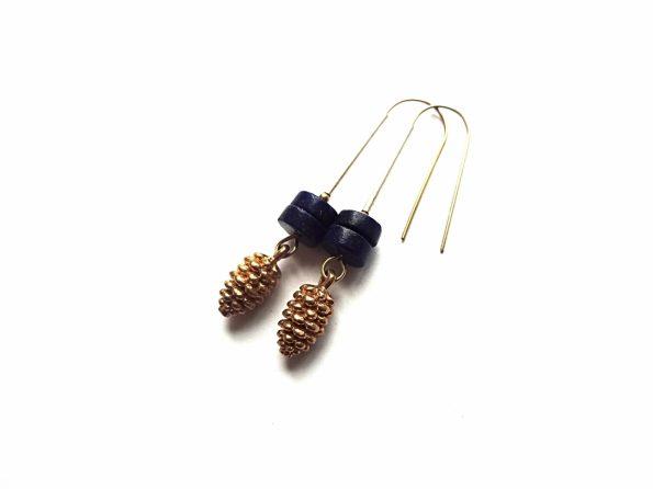 Žalvariniai konkorėžių auskarai su lazuritu