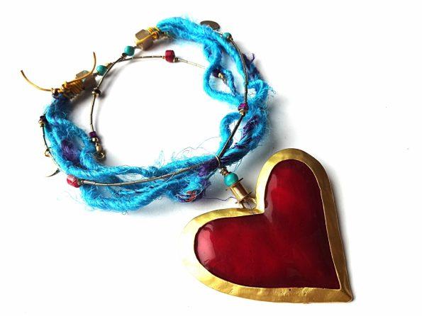 Emale dengtos širdies ir perdirbto sari šilko, hematito, koralo, houlito ir odos ekstravagantiškas vienetinis vėrinys