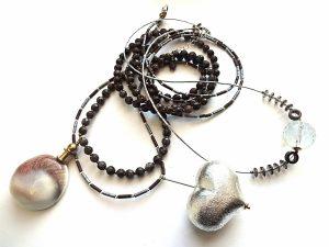 Kakava. Agatų, hematito, dūminio kvarco 3 gijų vėrinys su sidabruota širdimi ir masyviu kriauklės pakabučiu