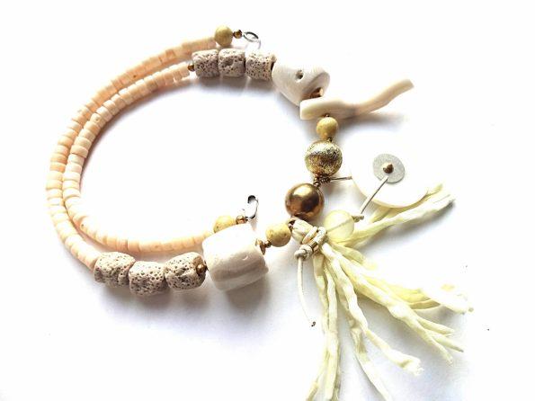 Parnidžio kopa. Baltojo koralo, lavos, perlamutro vėrinys su žalvario detalėmis ir šilko kutu