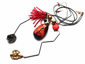 Ugnis. Ilgas vėrinys iš špinelio, hematito, houlito ir stiklo su ypatingu agato pakabučiu ir natūralaus šilko kutu