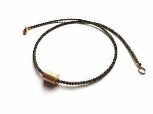 Smulkaus briaunuoto auksinio obsidiano vėrinukas su auskuotu šiaušto paviršiaus voleliu