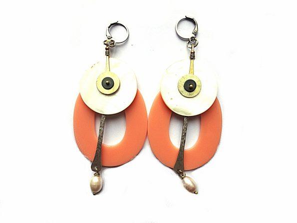 Masyvūs, bet lengvi akrilo persikiniai auskarai su perlamutru ir gėlavandeniu perlu bei sidabruotom ir natūralaus žalvario detalėmis