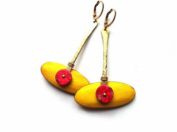 Mango geltonumo akacijos medžio auskarai su rudimentiniu jaspiu ir žalvario detalėmis