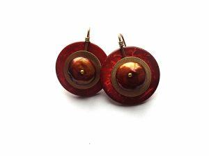 Apvalūs kokoso medžio auskarai su rudu gėlavandeniu perlu ir žalvario detalėmis