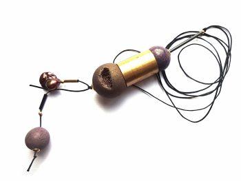 Drūzinio agato, houlito, perlo ir žalvario detalių pakabukas