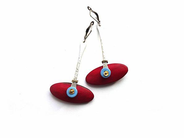 Raudono akacijos medžio, keramikos ir sidabruoto žalvario elipsiniai auskarai