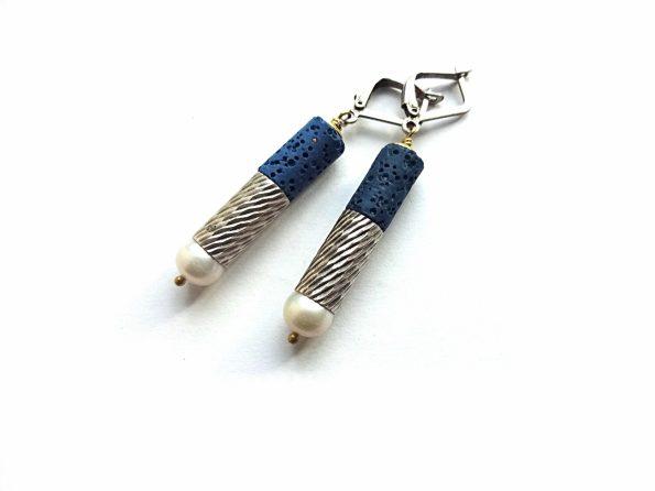 """Mėlynos lavos, gėlavandenio perlo ir sidaruoto žalvario detalių auskarai """"voleliai"""""""