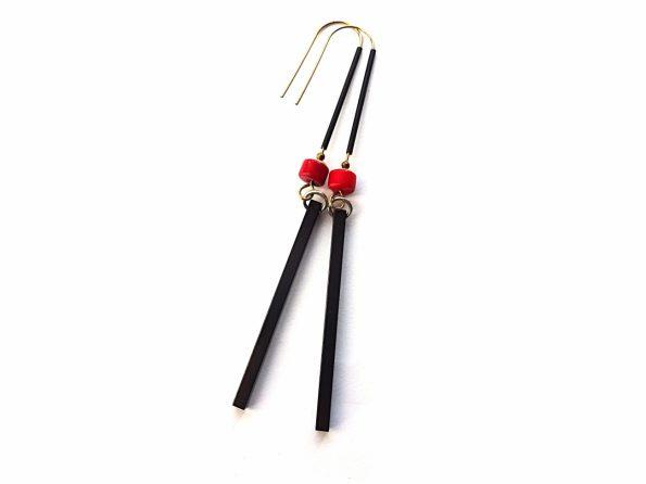 Oksiduoto žalvario juodi auskarai pagaliukai su raudonu koralu