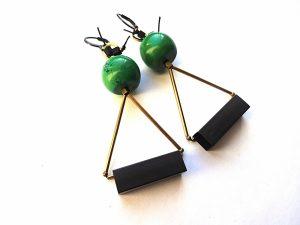 Geometriniai auskarai su žaliu houlitu ir natūraliu ir oksiduotu žalvariu