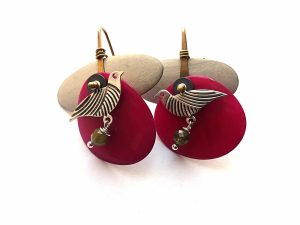 Auskarai iš ciklameninės spalvos tagua riešuto su sidabruotais paukšteliais ir prenito akmenukais