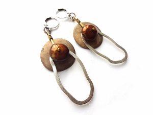 Rudo gėlavandenio perlo, kokoso medžio ir sidabru dengtos detalės auskarai