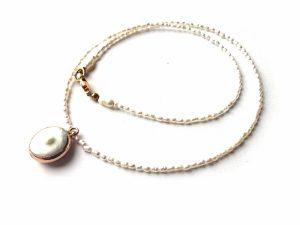 Smulkių gėlavandenių perliukų vėrinys su perlo pakabučiu