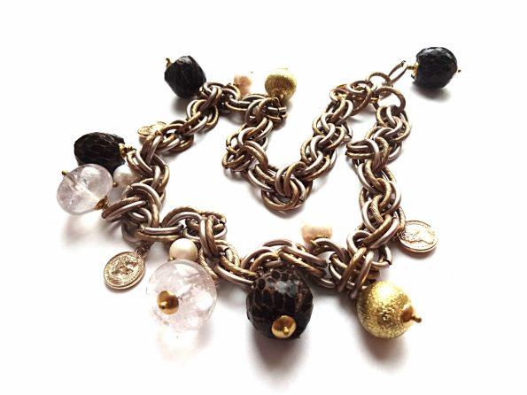 Ar ant kaklo ar ant riešo - aktūrinė aliuminio grandinė su natūralios odos, kalnų krištolo karoliais ir gėlavandeniais perlais bei medalionais