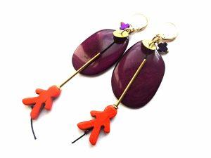 Baklažano spalvos tagua riešuto auskarai su ornažiniu houlito žmogeliuku ir žalvario detalėmis