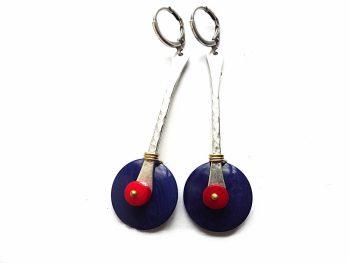 Mėlyni tagua riešuto, raudonokoralo ir sidaruoto žalvario detalių auskarai