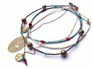 4 trumpų vėrinių komplektas iš gėlavandenių perlų, raudono koralo, hematito, houlito, auksuotų pakabučių ir plieninės auksuotos grandinėlės