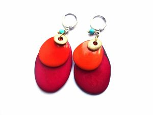 Ciklameninės ir oranžinės spalvos tagua riežuto auskarai su žydro houlito akmenukais ir sidabruotais užsegimais