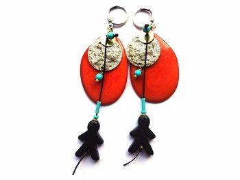 """Auskarai """"Žmogeliukai"""" iš oranžinio tagua riešuto su juodo houlito žmogeliukais, sidabruotomis bei natūralaus žalvario detalėmis"""