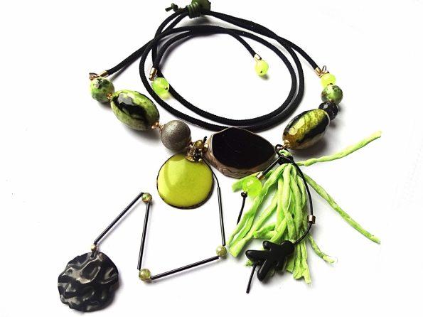 """Vėrinys """"Laimas"""" reguliuojamo ilgio, iš agatų, natūralaus šilko, tagua riešuto pakabuko, sidabrinio burbulo ir oksiduo žalvario detalių"""