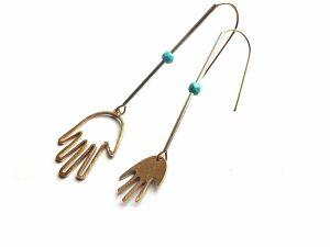 Asimetriški auskarai rankytės su houlito akmeniu iš natūralaus ir sidabruoto žalvario