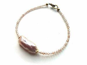 Švelniai persikinio briaunuoto cirkonio ir gėlavandenio perlo apyrankė