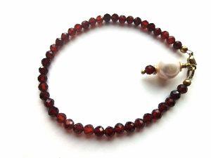 Oranžinio briaunuoto granatao ir ėlavandenio perlo apyrankė