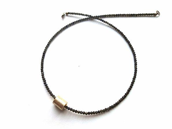 Smulkaus samaninio obsidiano vėrinys su sidabriniu paauksuotu voleliu