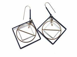 Geometriniai oksiduoto, sidabruoto ir natūralaus žalvario auskarai su gėlavandeniu perliuku