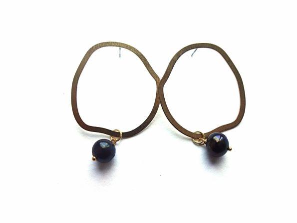 Netaisyklingo apskritimo ormos tekstūrinio žalvario auskarai su juodais gėlavandeniais perlais, medicininio plieno kojelė