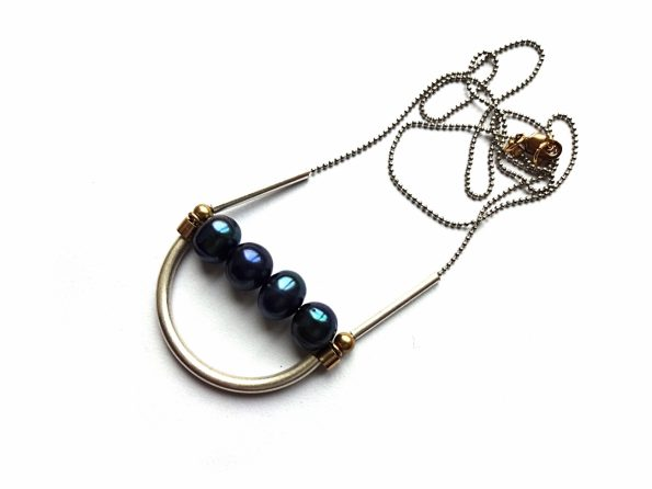 Geometrinis pakabutis su mėlynais gėlavandeniais perlais