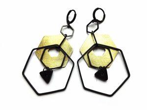 Geometriniai šešiakampiai auskarai iš oksiduoto ir natūralaus žalvario su keramika