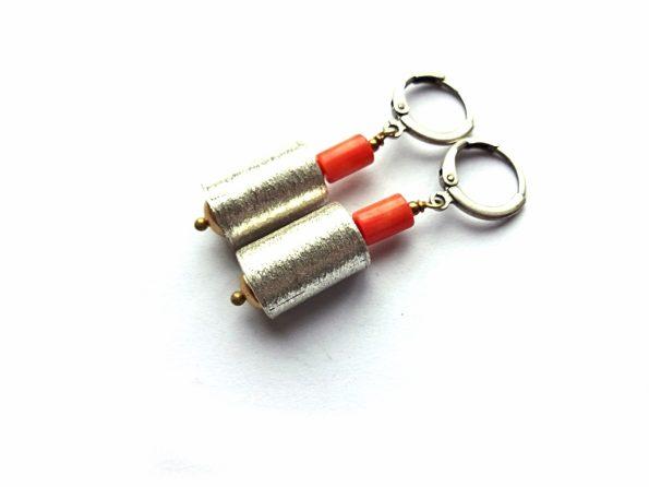 Auskarai sidabro bačkutės su oranžiniu koralu